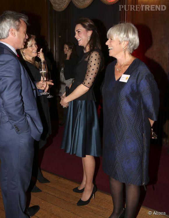 Le duchesse de Cambridge s'affiche avec un top Hobbs et une jupe Jenny Packham agrémentés d'une ceinture Alexander McQueen.