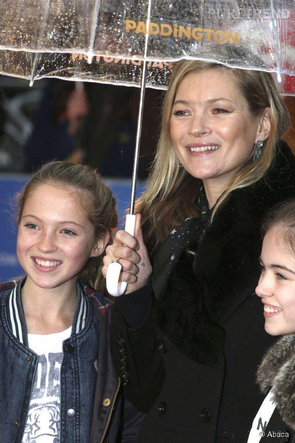 """Kate Moss et Lila Grace, telle mère telle fille à la première de """"Paddington""""."""
