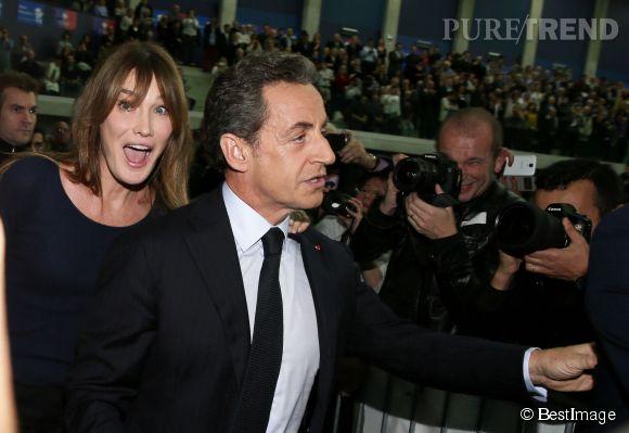 Carla Bruni photobombe Nicolas Sarkozy en plein meeting.