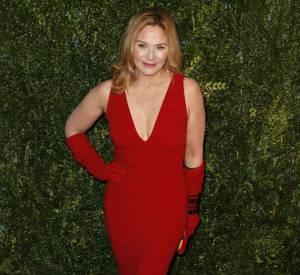 Dans une robe rouge au décolleté vertigineux, Kim Cattrall a fait sensation lors de la 60ème cérémonie des Evening Standard Theatre Awards, ce dimanche 30 novembre 2014.