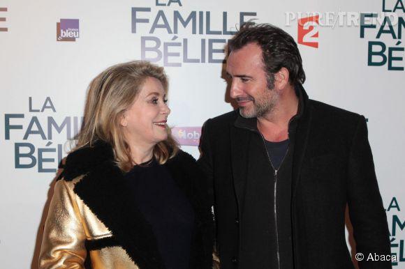 """À l'avant-première de """"La Famille Bélier"""", Catherine Deneuve a retrouvé Jean Dujardin. L'occaison de poser complices sur le tapis rouge."""