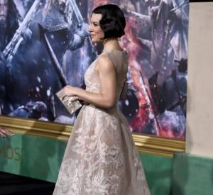 """Evangeline Lilly habillée par Alberta Ferretti lors de la première du film """"Le Hobbit : la bataille des cinq armées"""" à Hollywood le 9 décembre 2014."""