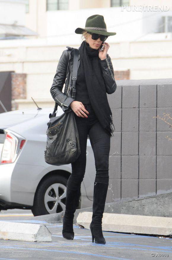 Avec un jean slim taille haute noir et des bottes noires à talons, Kimberly  Stewart allonge ses jambes au maximum.