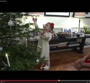 La princesse Estelle de Suède décore le sapin familial