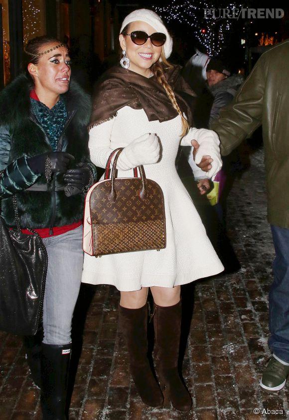 Mariah Carey, en vacances d'hiver à Aspen, elle joue à la Mère Noël virginale dans une robe en laine blanche.