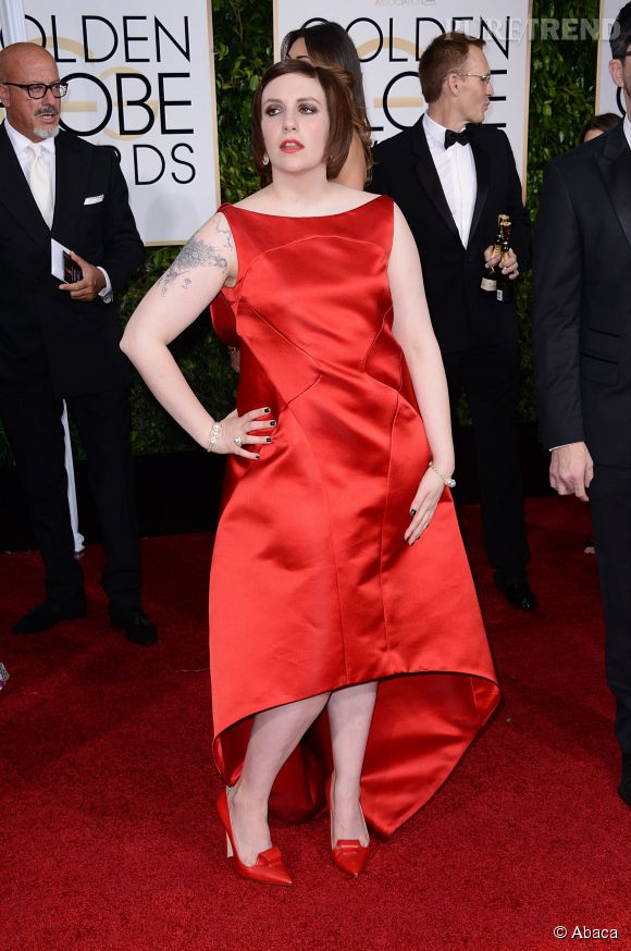Lena prend la pose en robe rouge Zac Posen aux Golden Globes 2015.