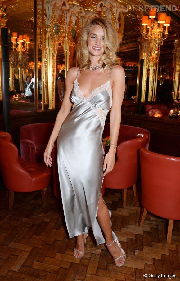 La jeune femme s'affiche dans une robe façon nuisette signée Marks & Spencer.