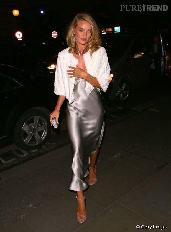 Pour se protéger, un peu, des fraîches températures, l'actrice complète sa tenue avec une veste blanche. Elle complète sa tenue avec un collier brillant, un minaudière et des sandales Stuart Weitzman.