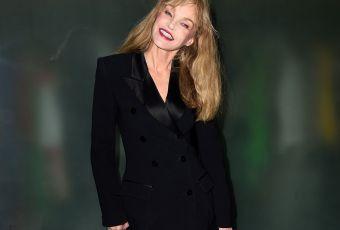 Arielle Dombasle : hommage sexy à Jean Paul Gaultier dans sa tenue fétiche