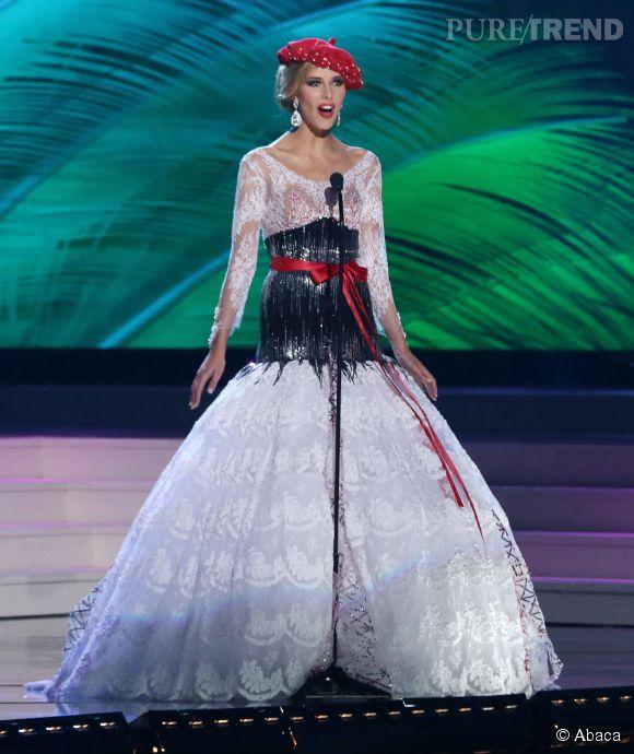Camille Cerf porte les couleurs de la France et son inévitable béret lors du concours de Miss Univers le 25 janvier 2015 aux États-Unis.