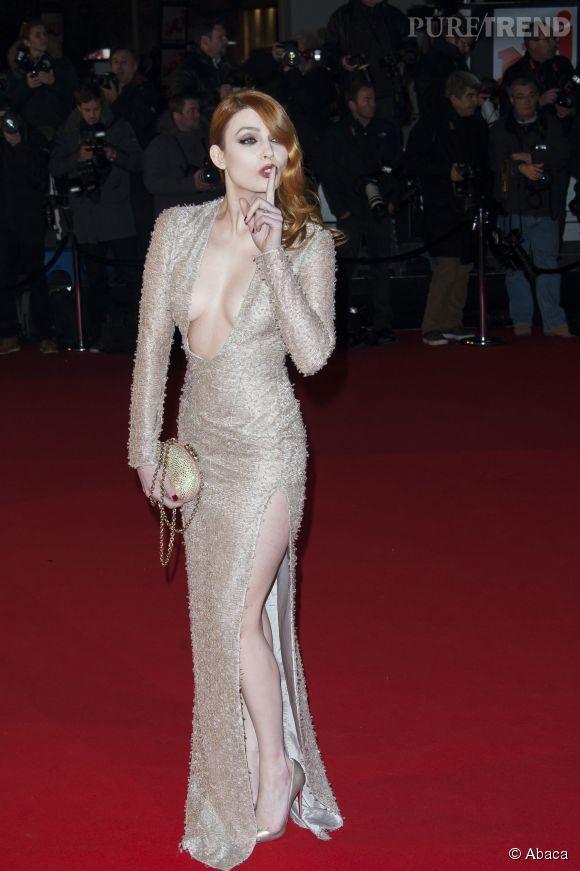 Elodie Frégé et sa robe emblématique au décolleté et fendu impressionnant aux NRJ Music Awards 2013.