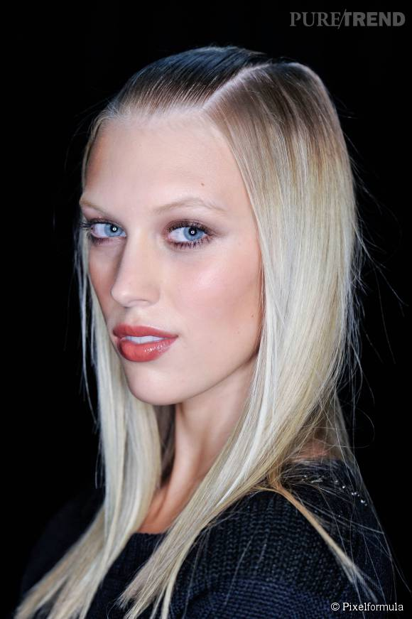 Cheveux très blonds mais cils noirs ? C'est même possible sans mascara grâce à la teinture de cils !