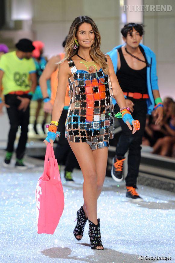 Lily Aldridge enceinte de quelques mois défile pour Victoria's Secret en 2011.