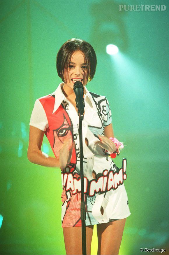 """Alizée en 2001 à l'époque de la sortie du tube """"Moi... Lolita"""". Moulée dans sa petite robe blanche, la jeune femme de 17 ans est super sexy!"""