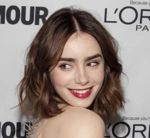 Envie d'une coiffure glamour faussement sage pour votre carré ? Copiez Lily Collins et son wob ondulé !