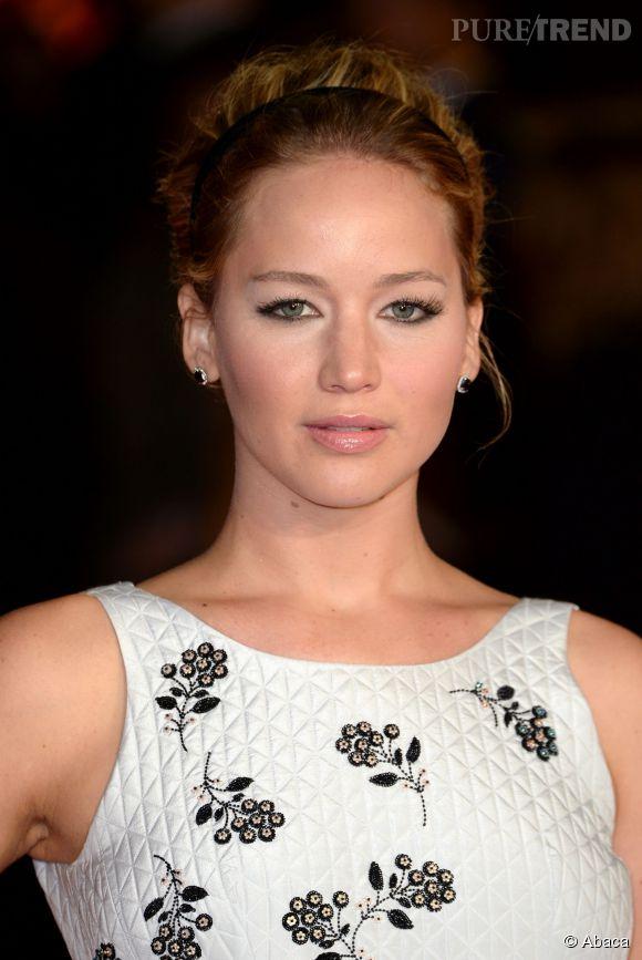 Qui a dit que les accessoires étaient réservés aux cheveux longs ? Comme Jennifer Lawrence, adoptez un headband fin pour habiller votre coupe courte. C'est le dtéail parfait pour une coiffure de fête.