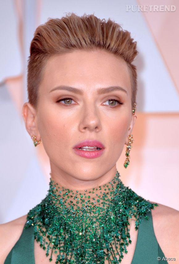 Scarlett Johansson s'est rasée les deux côtés de la tête ! Une coupe garçonne que la star féminise en la coiffant à l'arrière. une bonne idée à copier pour un look de soirée. Avis aux plus audacieuses !
