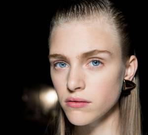 Le wet look est une tendance à oser pour une coiffure de soirée. Inspirations : défilé Proenza Schouler.
