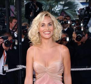 Judith Godrèche mise sur le satin et le rose poudré au Festival de Cannes 2003.