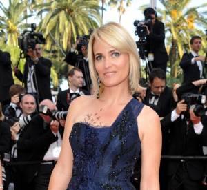 Judith Godrèche met en valeur sa carnation et son blond platine sur tapis rouge avec une robe bleu nuit.