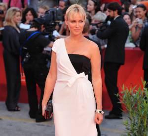 """L'actrice de """"L'auberge espagnole"""" craque pour une robe à la facture originale lors du Festival de Venise en 2010."""