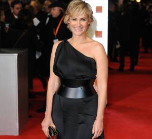 Epaules mises en beauté et taille marquée par une large ceinture, Judith fait forte impression à Londres en 2012.