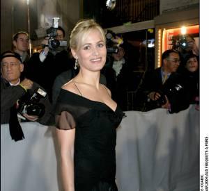 Judith Godrèche nous fait craquer en robe noire et décolleté féminin lors des César en 2004.