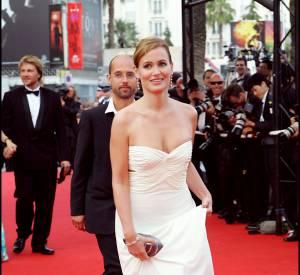 Judith Godrèche s'affiche en robe bustier immaculée sur la Croisette en 2006.