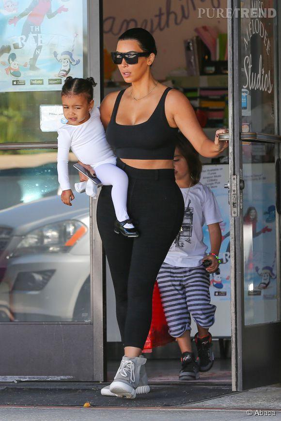 Avec sa taille ultra fine et ses hanches XXL, Kim offre un siège confortable à North.