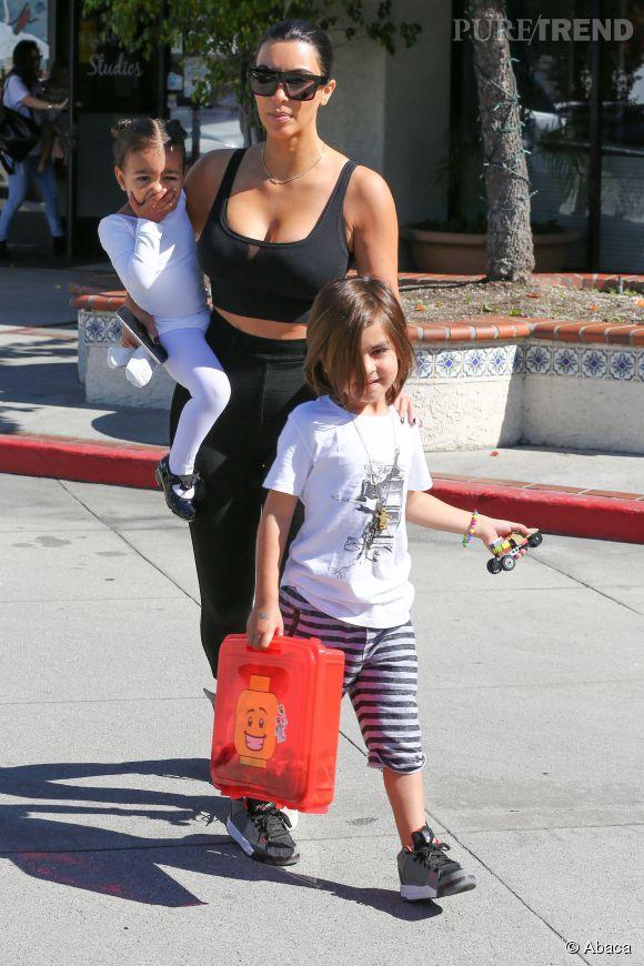 Pour aller chercher sa fille à la danse, Kim Kardashian enfile une brassière ultra moulante.
