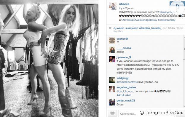 L'amie de Rita Ora s'affiche dans une tenue qui tient plus du top ou de la tunique que de la robe, aussi mini soit-elle.