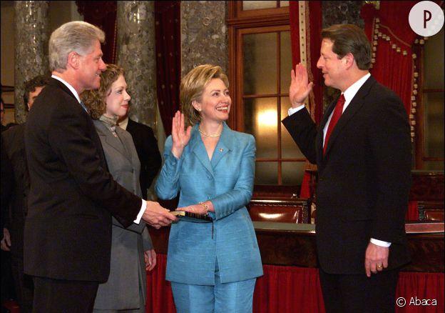 Ce 3 janvier 2001 devant le vice-président Al Gore, Bill Clinton et sa fille Chelsea,  Hillary Clinton prête serment au Capitole en tant que sénatrice de New York.