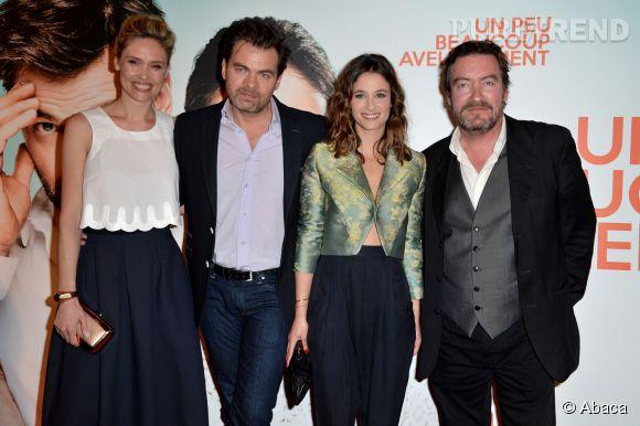"""Mélanie Bernier entourée du reste du casting de """"Un peu, beaucoup aveuglément"""" : Lilou Fogli, Clovis Cornillac et Philippe Duquesne."""