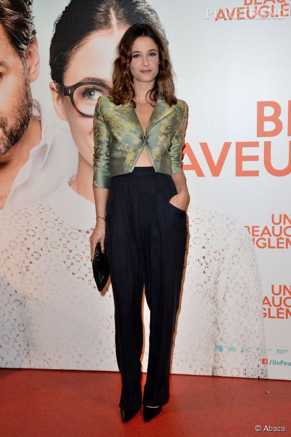 """Mélanie Bernier a fait mouche dans une tenue subtilement sexy à l'avant-première parisienne de """"Un peu, beaucoup, aveuglément""""."""