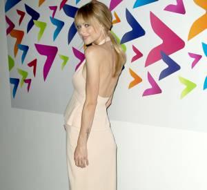 L'actrice mise sur une robe Calvin Klein dos nu.