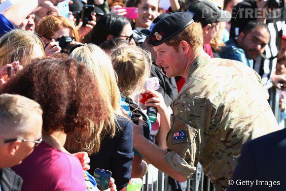 Le prince Harry pensait voir seulement dix personnes, mais plusieurs centaines d'Australiens sont venus le saluer.