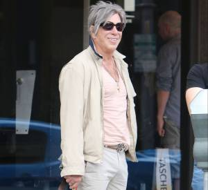 Mickey Rourke a affiché des cheveux gris, ce week-end. Mais il n'a pas dit au revoir à ses T-shirts en v.
