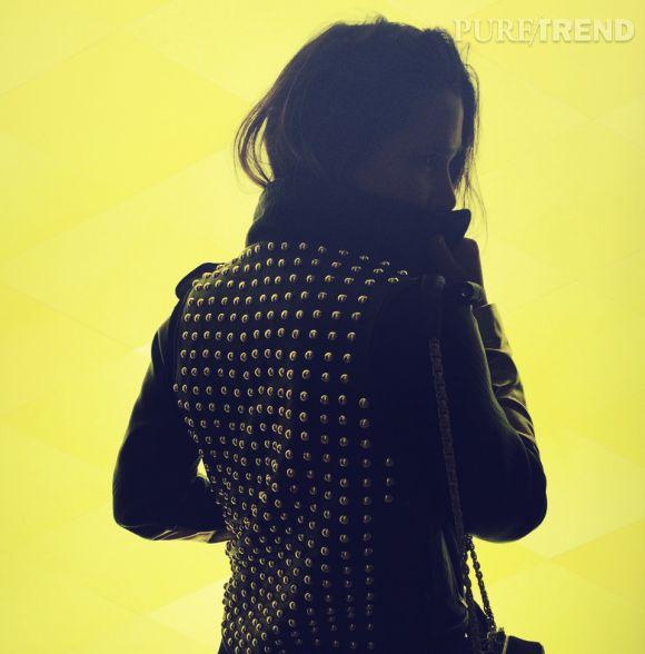 Alice Balas avec la veste numéro Zéro, devant l'oeuvre de Olafur Eliasson.