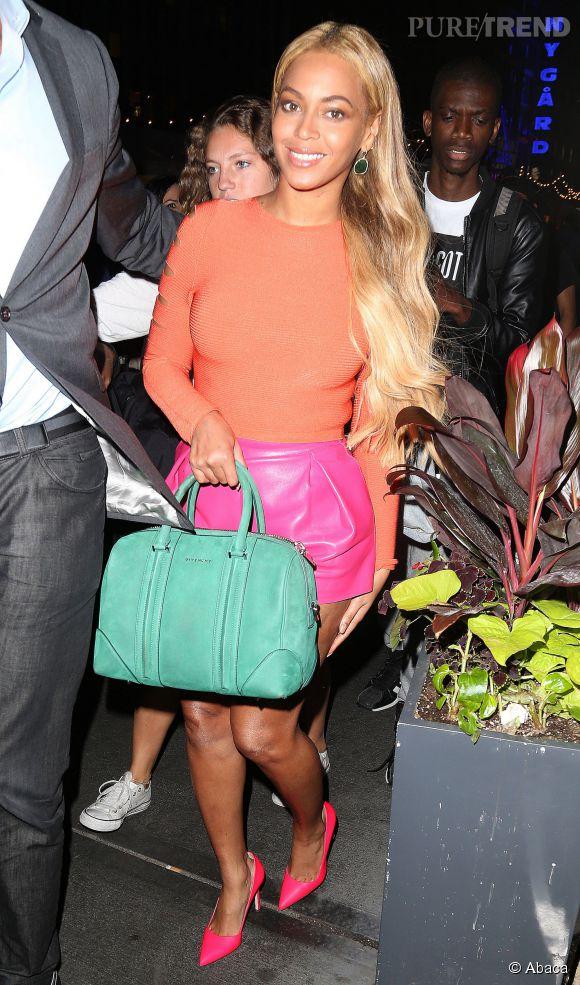 Top orange, short rose, sac vert et talons fluo : Beyoncé mise sur le color block !