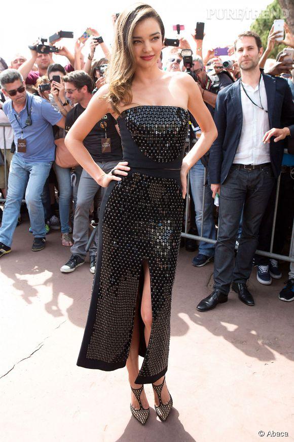 En première partie de journée, Miranda Kerr portait une robe noire scintillante.