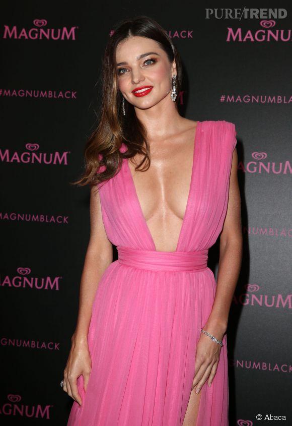 Miranda Kerr était très sexy dans sa robe rose.