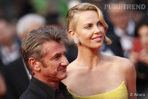 """Sean Penn et Charlize Theron lors de la montée des marches de """"Mad Max Fury Road"""" le 14 mai 2015 à Cannes."""
