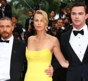 """Charlize Theron monte les marches de """"Mad Max Fury Road"""" avec l'équipe du film le 14 mai 2015 à Cannes."""