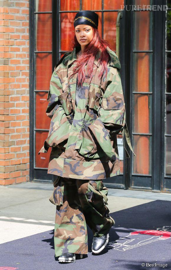 Rihanna sort dans les rues de New-York avec une tenue camouflage XXL de très mauvais goût...