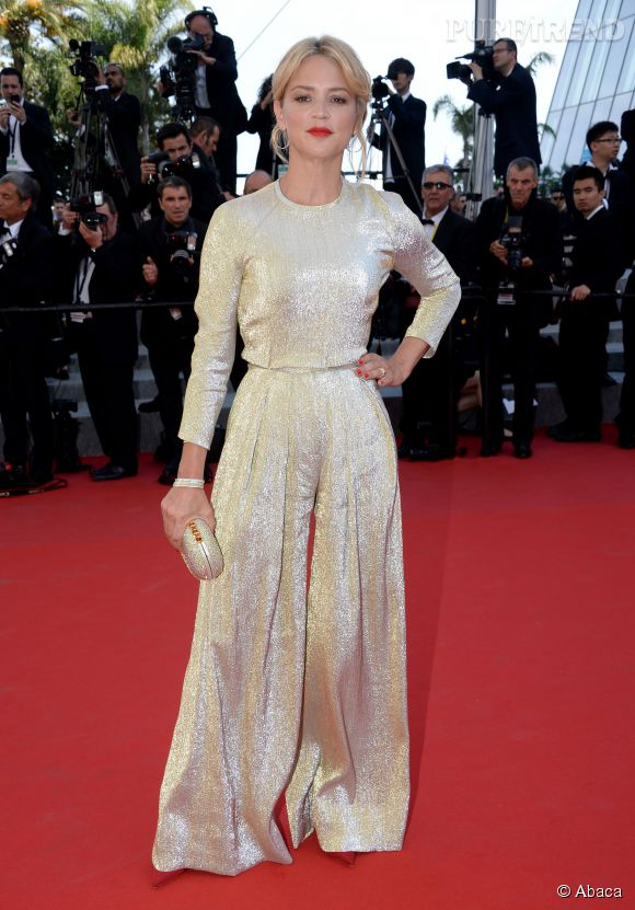 Virginie Efira tente le coup de la combi dorée avec une parure Boucheron et ça marche, samedi 15 mai 2215 au Festival de Cannes.