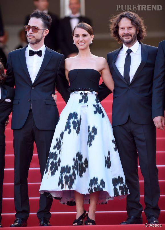 Escortée comme il se doit, la belle Natalie Portman a fait tourner les têtes dans cette robe bustier imprimée de la maison Dior accompagnée d'une parure signée de Grisogono, samedi 16 mai 2015 au Festival de Cannes.