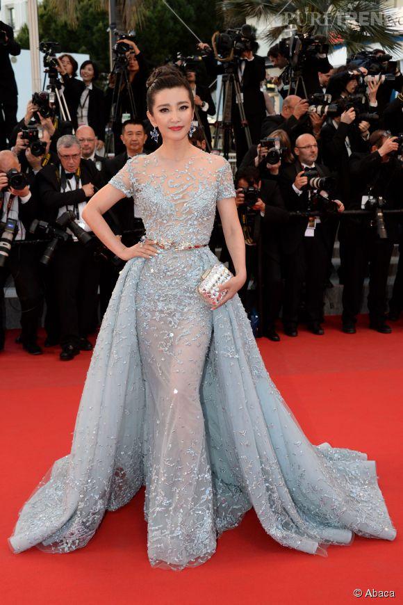 """Fascinante, l'actrice chinoise Li Bingbing au Festival de Cannes samedi en longue robe bleue et sandales """"cloud"""" Jimmy Choo , le 16 mai 2015."""