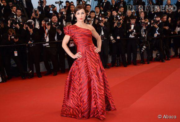 Et on clôture cette 4ème journée en beauté avec l'actrice suédoise Noomi Rapace qui a enflammé le tapis rouge dans une subtil robe de soirée rouge et noir!