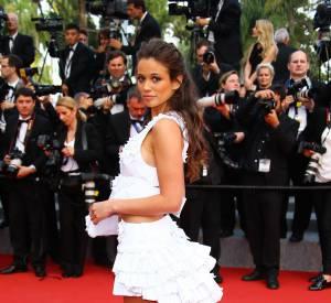 """Lucie Lucas lors de la montée des marches du film """"Sicario"""" à Cannes le 19 mai 2015."""