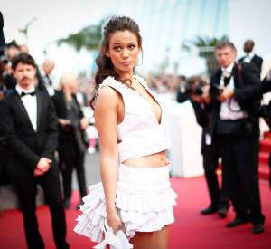 """Lucie Lucas dans un ensemble Laurence Guérin pour Antonelle lors de la montée des marches du film """"Sicario"""" à Cannes le 19 mai 2015."""